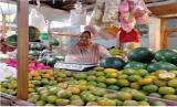 Salah satu pedagang di Pasar Besar Malang, Jawa TImur mengaku omzet menurun hingga 70 persen akibat pandemi Covid-19.