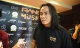 Salah satu pendiri Rans Music, Ferdy Tahier, menjawab pertanyaan wartawan usai konferensi pers launching Rans Music di Musro, Hotel Borobudur Jakarta, Jumat (22/3).