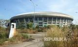 Salah satu sudut halaman Stadion Gelora Bandung Lautan Api (GBLA) Kota Bandung, ditumbuhi ilalang, Rabu (17/7).