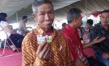 Seorang petani menunjukkan kartu tani yang diperolehnya (ilustrasi)