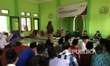 Salah seorang santri menunjukkan kebolehannya saat mengikuti English Story Telling Competition di Pondok Pesantren KHAS Kempek, Kabupaten Cirebon.