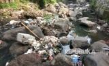 Sampah plastik berserakan di sungai. (Ilustrasi)