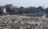 Sampah masih menumpuk di perbatasan anak Sungai Cikapundung ke Sungai Citarum, Rabu (14/3). Tiga pekan lebih banjir di Kabupaten Bandung mulai surut.