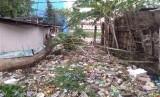 Sampah menumpuk di kali kecil sekitar Komplek Perumahan Jatimulya Bekasi
