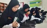 Santri Daarul Quran doakan bangsa Indonesia saat jalani buka puasa bersama dan khataman akbar, Kamis (30/1).
