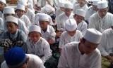 Santri Pondok Pesantren Darul Akhyar, Parungbingung, Depok, sedang mengaji kitab.