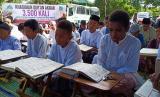 Siswa pesantren sedang membaca Alquran (ilustrasi)