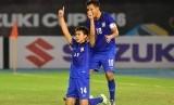 Sarawut Masuk (berlutut) pencetak gol pembuka Thailand lawan Myanmar, Kamis (8/12).