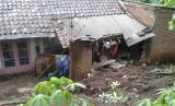 Satu rumah warga di Desa Karyamukti, Kecamatan Cibatu, Kabupaten Garut, rusak terdampak tanah longsor, Sabtu (25/1).