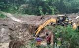 Satu unit alat berat dikerahkan untuk membersihkan jembatan yang tertimbun material longsor di Desa Santanamekar, Kecamatan Cisayong, Kabupaten Tasikmalaya, Sabtu (29/2).