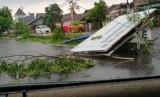 Sebagian dampak kerusakan akibat hujan dan angin kencang (ilustrasi)