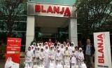 Sebanyak 30 paket Kado Lebaran Yatim (KLY) diberikan untuk anak yatim binaan Rumah Zakat Jakarta Timur di kantor Blanja.com, Jl MT.Haryono Gd. Metraplaza, Pancoran, Jakarta Selatan.