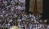 Sebanyak tujuh juta jemaah umroh masuk ke Arab Saudi tiap tahunnya. Mulai Kamis (27/2), Saudi menghentikan sementara izin umroh sebagai langkah meminimalisir penyebaran virus corona jenis baru Covid-19. Mereka yang sudah di Makkah dan Madinah sebelum larangan tetap bisa beribadah normal.