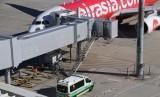Sebuah ambulans bersiaga di dekat pesawat AirAsia ketiba ia tiba di Bandara Perth setelah ada kasus kematian bayi.