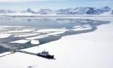 Sebuah kapal menembus es di laut Antartika.