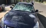 [ilustrasi] Sebuah mobil rusak setelah dilempari batu.