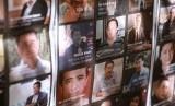 Sebuah pengumuman menunjukan gambar anggota keluarga Uighur yang hilang di Cina.
