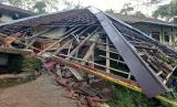 Sebuah rumah rusak berat tertimpa TPT ambruk di Desa Cukangjayaguna, Kecamatan Sodonghilir, Kabupaten Tasikmalaya, Ahad (5/4) sore. Akibat kejadian itu, dua orang meninggal dunia.