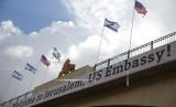 Sebuah tanda di jembatan yang mengarah ke kompleks Kedutaan Besar AS menjelang pembukaan resmi di Yerusalem, Ahad (13/5). Pembukaan Kedutaan Besar AS pada hari ini, Senin (14/5), di Yerusalem yang diperebutkan oleh Israel dan Palestina.