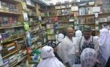 Sebuah toko yang menyediakan berbagai kitab di sekitar Masjid Nabawi, Madinah, Arab Saudi, Kamis (3/8).