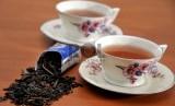 Secangkir teh panas di musim hujan sungguh menyenangkan, tapi waspadai bahaya yang mengintai dari menyeruput minuman yang terlalu panas.
