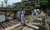 Sejulah pelajar melintasi jembatan kayu di kawasan Tanah Abang (Ilustrasi)