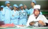Sejumah siswa siswi SMK Negeri 4 Padalarang mengamati jalannya perakitan laptop merk Axioo di pabrik perakitannya di Kawasan Industri Pulogadung Jakarta.