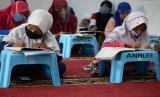 Sejumlah anak belajar dengan memanfaatkan hot spot gratis di Musholla An-Nur , Kosambi, Cengkareng, Jakarta.