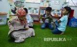 Sejumlah anak membaca buku-buku islami untuk anak di Perpustakaan Masjid Pusdai, Kota Bandung.