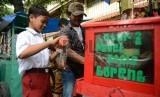 Sejumlah anak membeli jajanan di salah satu Sekolah Dasar Kawasan Jakarta Selatan, Selasa (7/4).