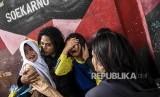 Sejumlah anak menangis saat penggusuran permukiman Tamansari, Kota Bandung (Ilustrasi)