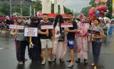 Sejumlah anak muda yang tergabung dalam Milenial Antihoax Semarang mengenakan kostum hantu saat menggelar aksi di arena Car Free Day (CFD) di kawasan Simpanglima, Kota Semarang, Ahad (24/3). Aksi ini digelar untuk mengampanyekan kewaspadaan masyarakat seiring maraknya berita hoaks jelang Pemilu 2019.  (Foto: Istimewa)
