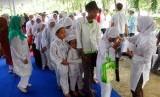 Sejumlah anak yatim piatu memperoleh bingkisan dan santunan usai mengikuti acara