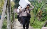 [ilustrasi] Sejumlah anggota kepolisian memanggul logistik Pemilu serentak 2019 melintasi hutan menuju Dusun Buntan di Desa Bungkang, Kecamatan Sekayam, Kabupaten Sanggau, Kalimantan Barat, Selasa (16/4/2019).