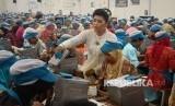 Sejumlah buruh berpakaian kebaya saat bekerja di salah satu pabrik rokok di Kudus, Jawa Tengah, Kamis (20/4).