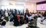 Sejumlah calon jamaah umrah tampak kelelahan saat menunggu proses biometrik di kantor VFS Tasheel.