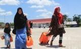 Sejumlah calon jamaah umroh yang batal berangkat ke Jeddah lewat Malaysia berjalan menuju halaman parkir kendaraan di Pelabuhan Internasional PT Pelindo I Dumai di Dumai, Riau, Jumat (28/2). (ilustrasi)