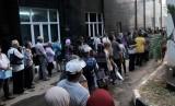 Sejumlah calon pasien pengguna BPJS kelas III mengantre di RS Budhi Asih, Jakarta Timur, Rabu (4/11).   (Republika/Rakhmawaty La'lang)
