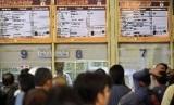 Sejumlah calon penumpang mengantre tiket kereta api di Stasiun Gambir, Jakarta Pusat. ilustrasi