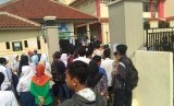 Sejumlah calon siswa menunggu pengumuman PPDB jalur akademik di SMK Negeri 2 Depok, Jawa Barat, Senin (10/7)
