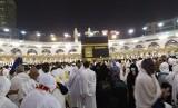 Sejumlah jamaah haji berdoa menghadap kiblat dari arah Maqam Ibrahim, Ahad (11/8)  dinihari sebelum shubuh sesuai melaksanakan tawaf ifadhah. Masjidil Haram mulai dipadati jamaah setelah mabit di Muzdalifah dan Mina.