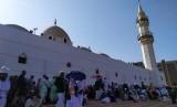 Sejumlah jamaah haji Indonesia mengunjungi Masjid Ibnu Ahim bin Abdullah di Jeddah, Ahad (18/8). Masjid ini lebih dikenal dengan nama Masjid Qishas, karena di lokasi inilah Pemerintah Arab Saudi melaksanakan hukum qishas bagi pelaku tindak pidana di Arab Saudi.