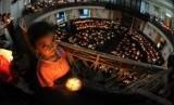 Sejumlah jemaat menyalakan lilin saat pelaksanaan ibadah Misa Natal (ilusrasi)