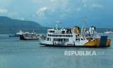 Sejumlah kapal Ferry berlayar di Selat Bali terlihat dari Pelabuhan Ketapang, Banyuwangi, Jawa Timur.
