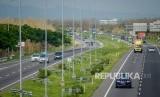 Sejumlah kendaraan melintasi Jalan Tol Cipali di kilometer 158, Majalengka, Jawa Barat, Sabtu (21/12/2019).