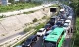 Sejumlah kendaraan memadati Simpang Ciawi menuju jalur Puncak, Kabupaten Bogor, Jawa Barat, Sabtu (9/11/2019).