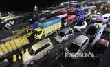 Sejumlah kendaraan yang akan menyeberang ke Sumatera antri di Pelabuhan Merak, Banten. Pada Februari mendatang truk dengan muatan berlebih (over loading) dan dimensi tidak diperbolehkan menyeberang dari Merak ke Bakauheni maupun sebaliknya.