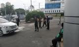 Sejumlah Korps Brigade Mobil (Brimob) nampak berjaga di WTC Mangga Dua, Jakarta Utara, Selasa (23/4).