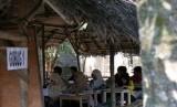 Sejumlah mahasiswa belajar bahasa Inggeris di sebuah gubuk di Pare, Kediri (ilustrasi)