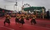 Sejumlah mahasiswa mementaskan tarian saat pembukaan Pasar Malam Perayaan Sekaten (PMPS) di Alun-Alun Utara, Yogyakarta, DI Yogyakarta, Jumat (18/16).